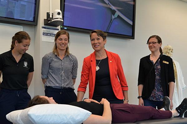 圖:省高等教育廳長馬蘭妮(Melanie Mark,右二)參觀醫護專業學生的教學。(省府圖片)