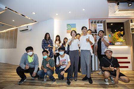 昌禾基金会执行长、新竹市议员李妍慧(前排左四)与勇于追求32π精神的青年代表。