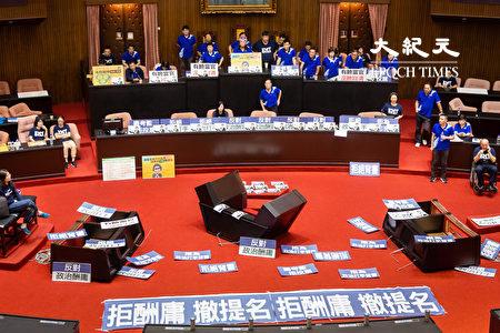 立法院临时会14日预定审查监察院长被提名人陈菊,国民党立委一早占据主席台,并破坏发言台、备询台、质询讲台,线路散落一地,企图不让陈菊上台接受询问。
