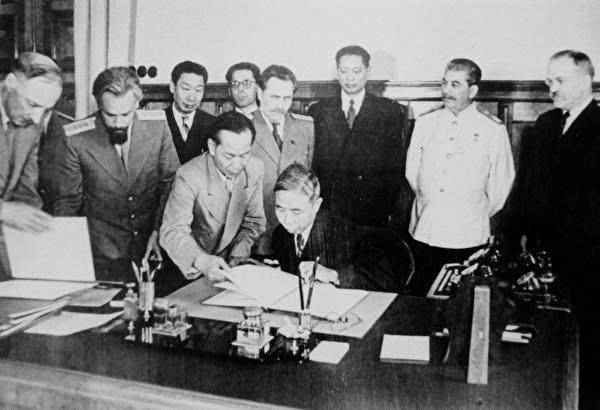 1945年8月15日,時任外長王世傑代表國民政府與蘇聯簽訂《中蘇加盟條約》。(公有領域)