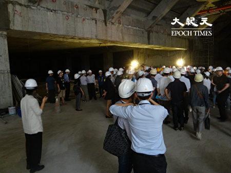 台北市议会工务委员会现勘大巨蛋与国父纪念馆间的连通道工程。