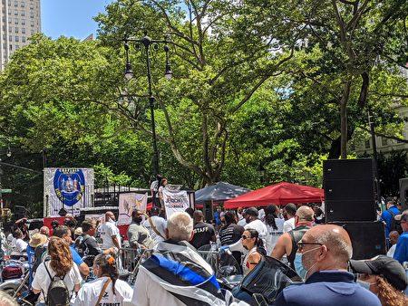 15日,超過千位挺警民眾遊行至市政廳門口,舉行演講和唱詩歌等活動。