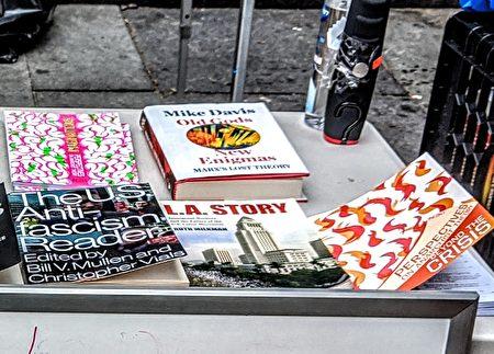 """""""占领市政厅""""运动中,BLM支持者公然展出无政府主义和反法西斯主义相关的书籍。"""