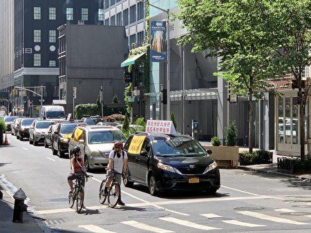 真相车队途经曼哈顿大中央车站附近。
