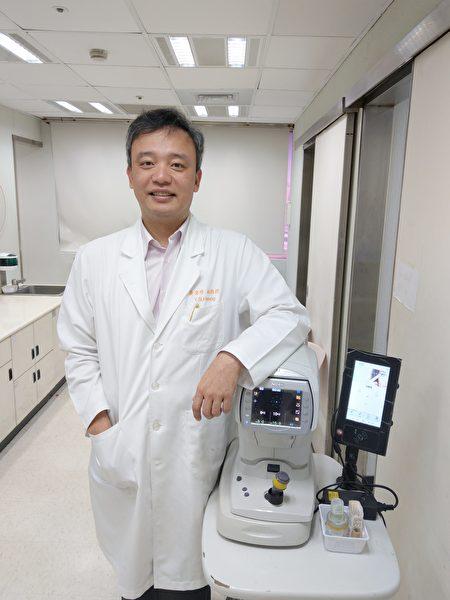 林口長庚醫院眼科部副部主任黃奕修是臺灣電子眼權威。