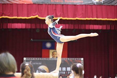 正國中王雅信在競技體操平衡木競賽,再為屏東縣拿下璀璨1金。