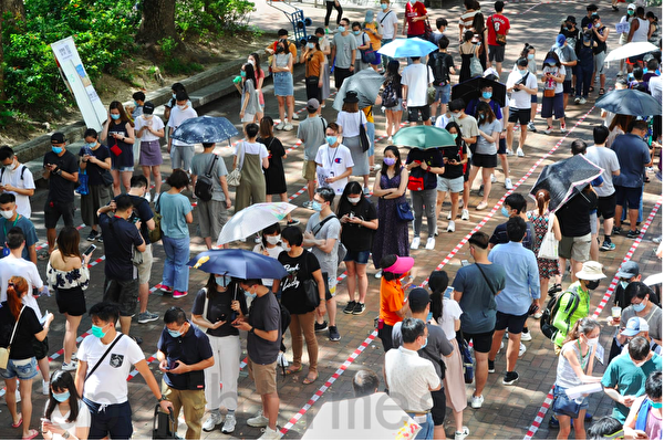 7月12日烈日下,大埔廣場票站有大批市民等候參與民主派初選投票。(宋碧龍/大紀元)