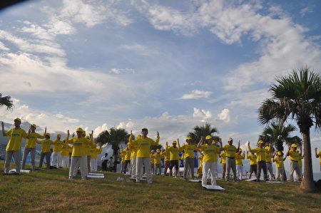 2020年7月20日是法轮功学员和平反迫害21周年,18日傍晚花莲法轮功学员,齐聚于知名景点七星潭,一起炼功。