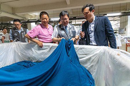 菁华工业总经理黄衍祥为桃园市长郑文灿解说。