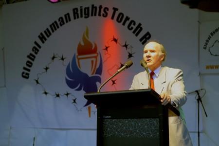 2007年11月16日,由「法輪功受迫害真相聯合調查團」(CIPFG)發起的人權聖火全球傳遞活動在墨爾本市中心城市廣場的露天舞台舉行儀式,Peter Westmore作為嘉賓發言。(陳明/大紀元)