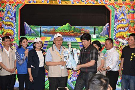 云林布袋戏馆馆长方志铭(右三)赠送柯文哲专属布袋戏偶。