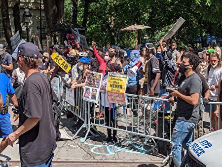"""""""黑人命也是命""""(BLM)支持者挑衅纽约市警。"""