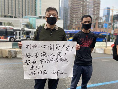 上海訪民白節敏手持「打倒中國共產黨」標語支持香港人民反對中共暴政。