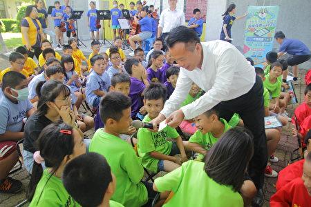 县长翁章梁与孩子互动。