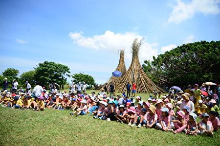 海声文化祭日前于台中市清水牛骂头文化园区举行,当天为海声高中部学生集体创作的大型竹构装置艺术进行揭牌仪式。