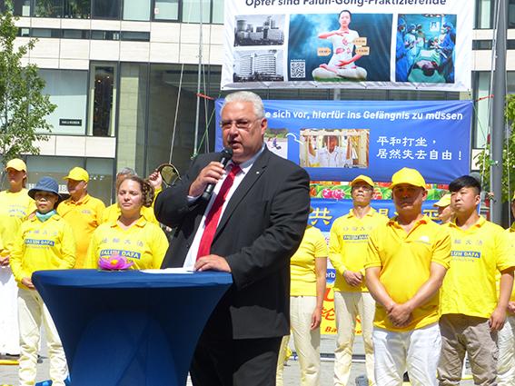 北威州議會議員博納 7月18日在法輪功學員反迫害紀念活動上發表講話。(莫凌、Anh Hoang/大紀元)