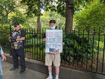 """纽约市民手举标语""""Red , White, Blue Lives Matter too""""。"""