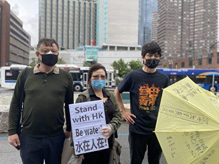 7月1日紐約部分港人及華人組織代表到中領館門前,抗議中共出台港版國安惡法。左為上海訪民白節敏,中為張菁,右為周峰鎖。