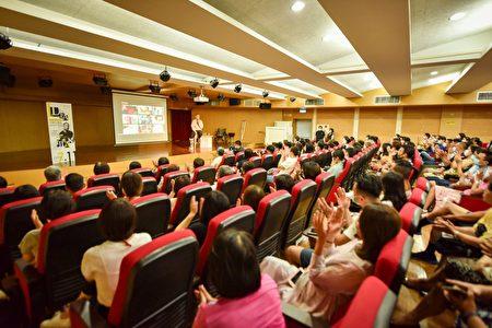 定居宜蘭的江振誠在宜蘭文化中心演講。