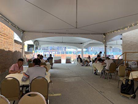 法拉盛39大道敦城海鮮酒家利用兩個停車場中的一個,搭棚提供戶外堂吃。