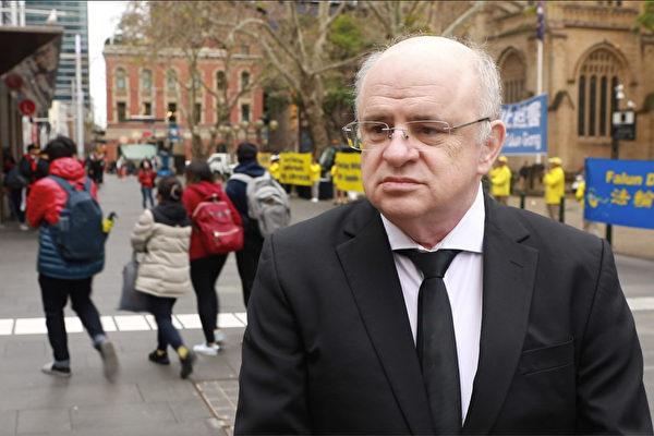 2020年7月17日,Parramatta市議員威爾森(Andrew Wilson)來到市政廳處的集會現場聲援法輪功反迫害21周年的活動。(Jason Xu/新唐人)