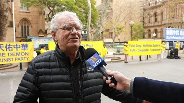 澳洲勳章獲得者,出埃及基金會創始人克魯斯(Rev Bill Crews AM)在市政廳處的集會現場發言。 (Jason Xu/新唐人)