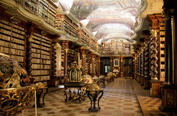 克萊門特學院圖書館大廳。(Bruno Delzant/ Wikimedia Commons)