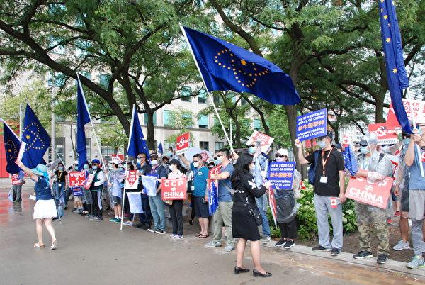 2020年7月27日上午,近200名加拿大華裔人士在多倫多中領館前舉行集會,揭露中共邪惡,抗議中共撒謊,掩蓋真相,抗議中共讓中共病毒禍害世界。(伊鈴/大紀元)