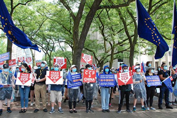 2020年7月27日上午,近200名加拿大華裔人士在多倫多美領館前舉行集會,揭露中共邪惡,抗議中共撒謊,掩蓋真相,抗議中共讓中共病毒禍害世界。(伊鈴/大紀元)