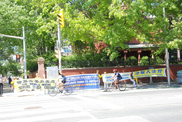 2020年7月17日下午,多倫多部份法輪功學員在市中心四十多個主要街道和公園拉橫幅,築真相長城,給民眾傳遞真相,揭露中共迫害。(伊鈴/大紀元)