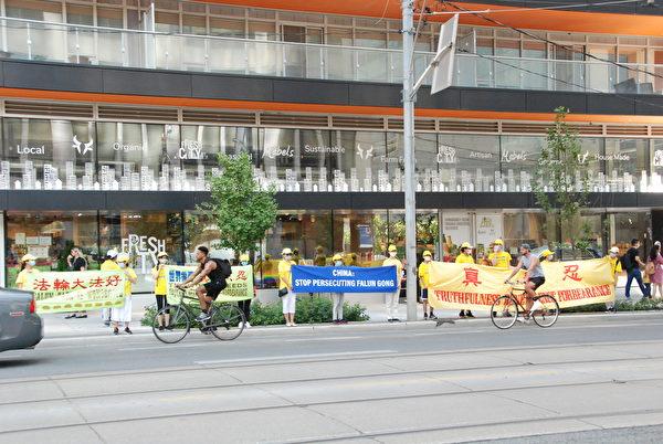 2020年7月17日下午,多倫多部份法輪功學員在市中心四十多主要街道和公園拉橫幅,築真相長城,給民眾傳遞真相,揭露中共迫害。(伊鈴/大紀元)