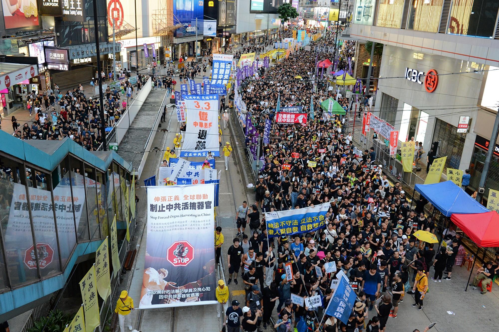 2020年7月1日香港數十萬民眾上街反對「港版國安法」,但遭到港警的打壓。當天370人被抓捕,其中至少10人被指涉「港版國安法」。(宋碧龍/大紀元)