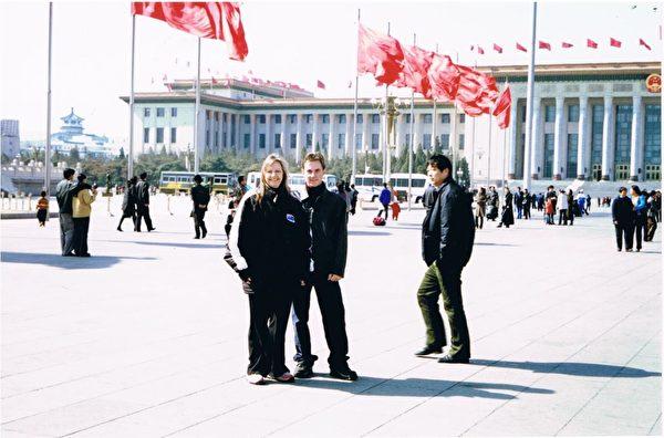 2002年3月7日,Denice與Stuart母子二人在天安門廣場合照。(Denice Johnson提供)