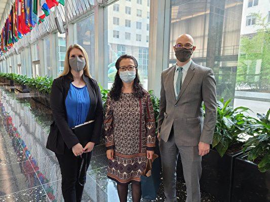 2020年7月20日,美國國務院官員會見包括張玉華博士(中)在內的數位法輪功學員代表。圖中左一和右一,是會見法輪功學員的國務院官員中的兩位。左一為美國國務院外交官Tina Mufford,右一為美國國務院外交官Michael J. Cocciolone。(張玉華本人提供)