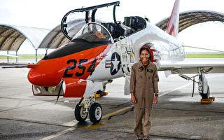 美国海军诞生首位黑人女性战机飞行员