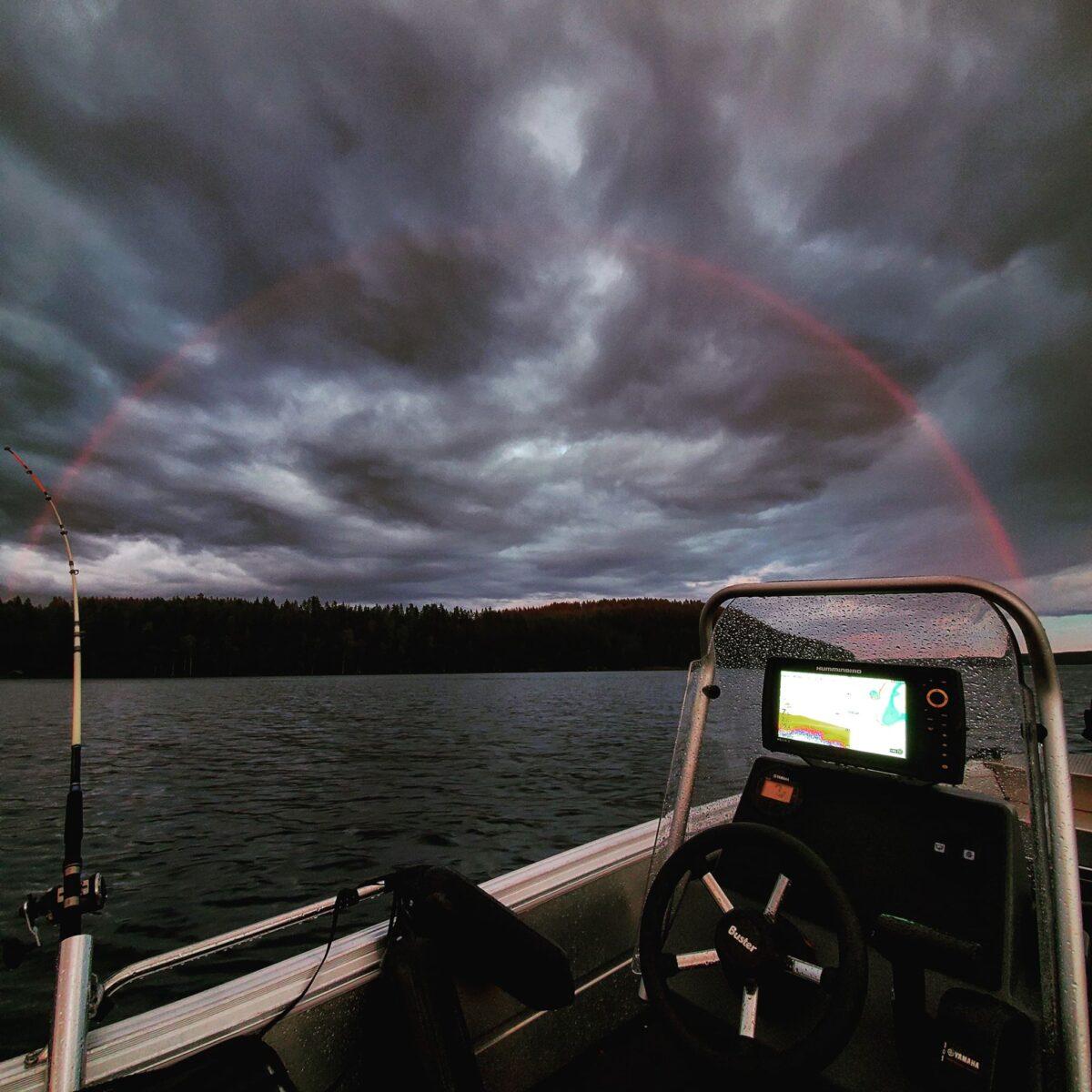 7月11日,歐洲漁夫Aviv Junno目睹了一種不可思議的現象,十分罕見的紅色彩虹。(Aviv Junno提供)