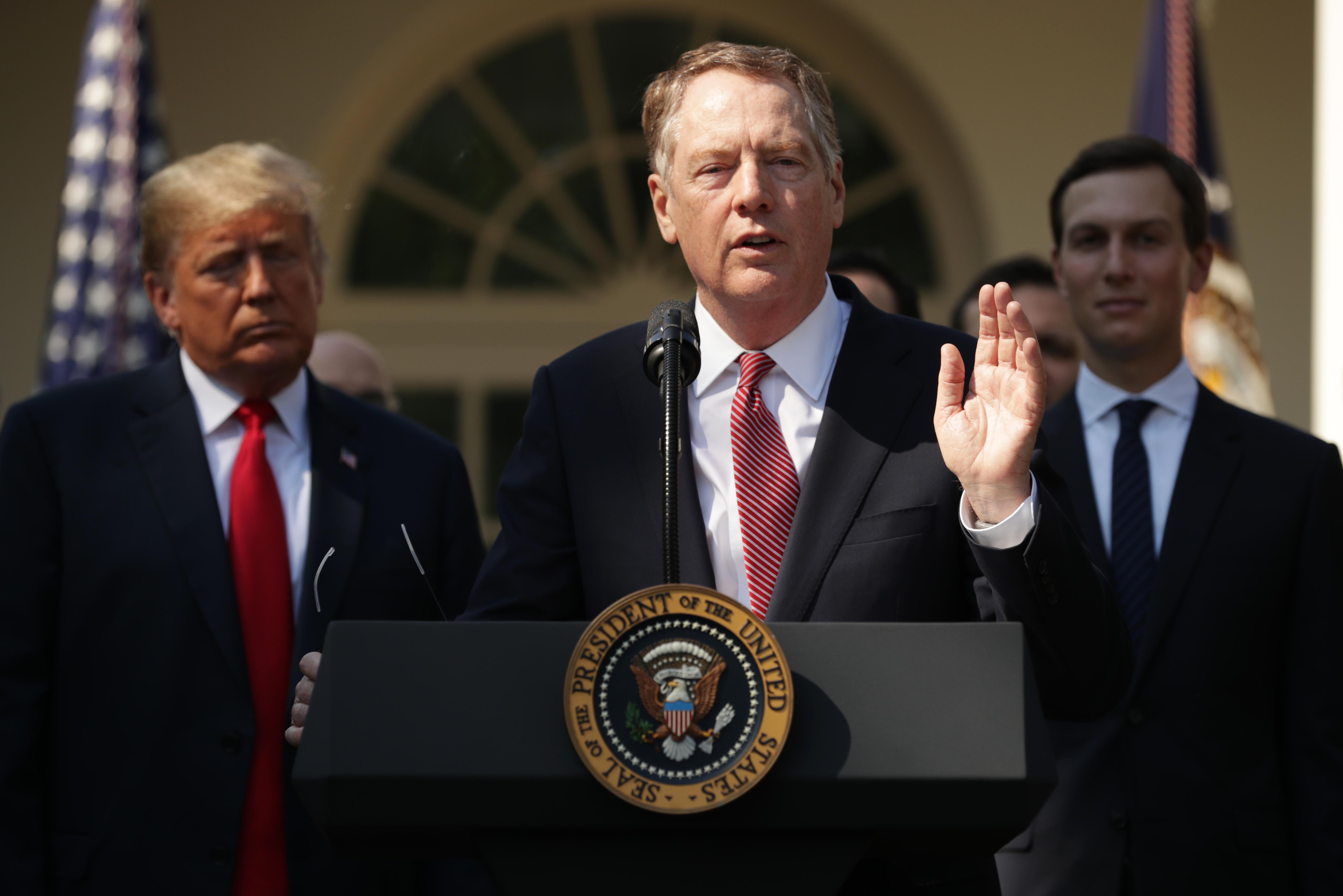 美國貿易代表萊特希澤(Robert Lighthizer,中 )透露特朗普政府對華貿易政策的底線,美國應對中國(中共)最好的籌碼是中國對美國市場的依賴。(Chip Somodevilla/Getty Images)