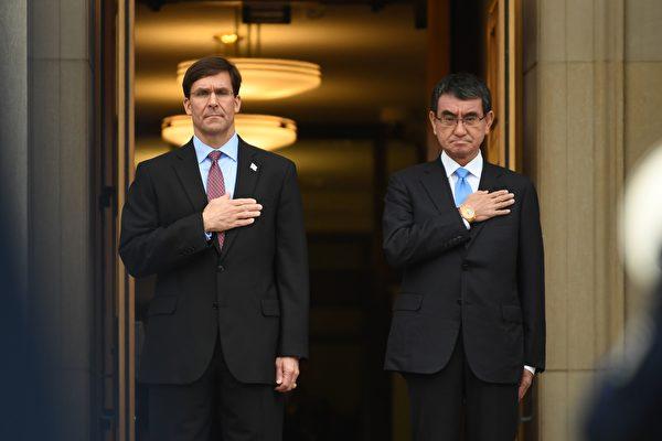 圖為2020年1月14日,美國國防部長馬克·埃斯珀(Mark Esper)於在華盛頓特區歡迎日本防衛大臣河野太郎(Taro Kono)(右)造訪五角大樓。(Eric BARADAT/AFP)