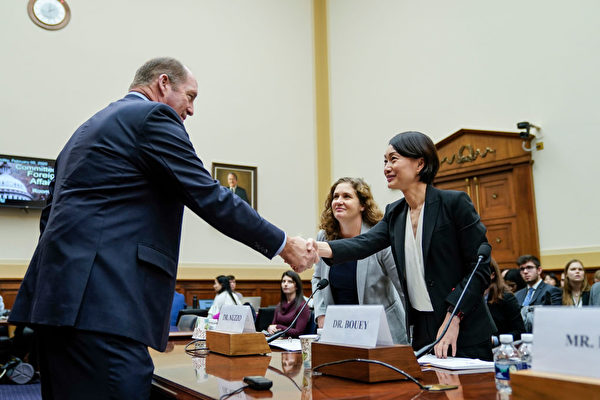 2月5日美國眾議院外交委員會亞太區小組委員會共和黨領袖約霍(左),在聽證會上與提供證詞的一位中國政策高級研究員Jennifer Bouey握手。(Drew Angerer/Getty Images)