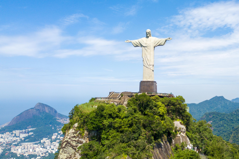 巴西男子索薩(Odimar Souza)在鋸開的樹幹中發現耶穌像,很像里約熱內盧的救世基督像(Christ the Redeemer)。圖為2020年3月19日,里約熱內盧的救世基督像。(Buda Mendes/Getty Images)