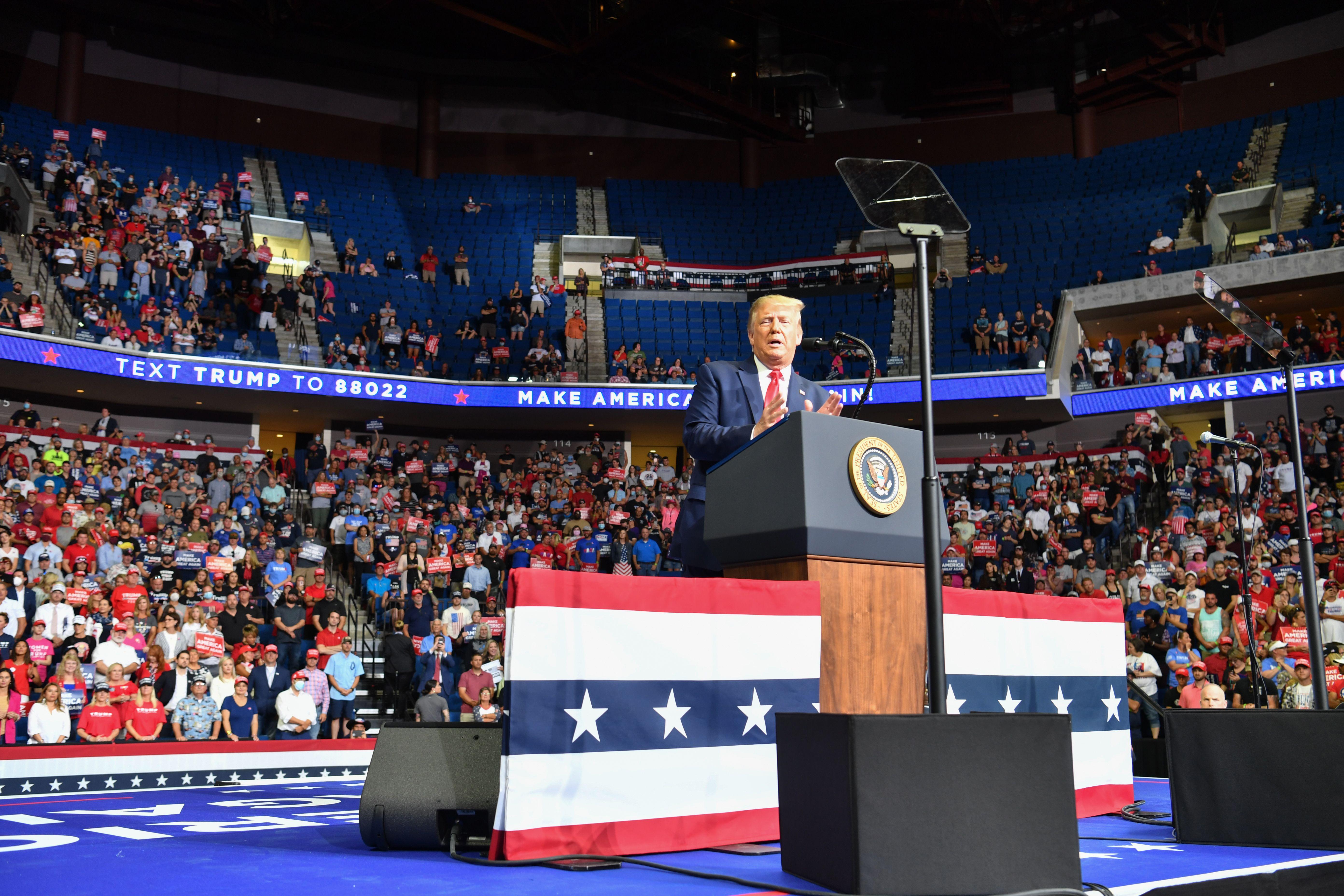美國總統特朗普6月20日晚在俄克拉何馬州塔爾薩(Tulsa)「讓美國再次偉大」集會上發表講話。(NICHOLAS KAMM/AFP via Getty Images)