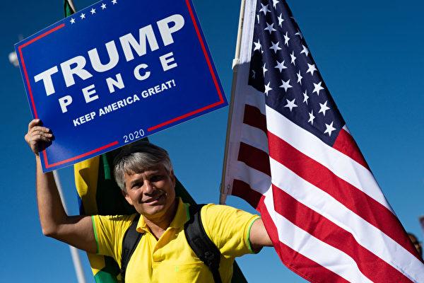 「川普2020」 美國老兵將草坪變身巨幅標識