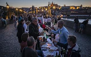组图:捷克民众查理大桥办长桌宴 庆解封