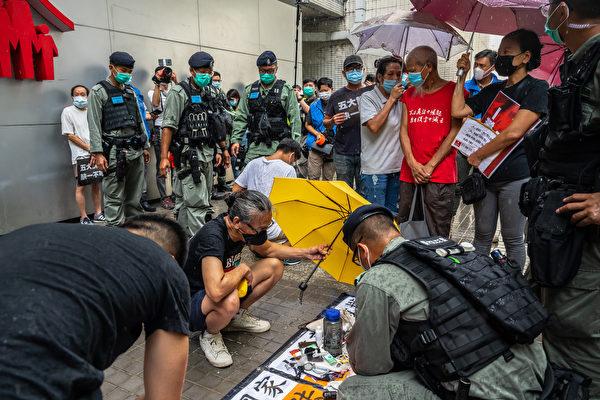 7月1日早上,社民連遊行前往七一升旗禮會場,抗議港版國安法。警方搜查遊行者物品。(Billy H.C. Kwok/Getty Images)
