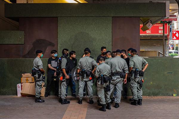 7月1日早上,社民連遊行前往七一升旗禮會場,抗議港版國安法。圖為現場警察。(Billy H.C. Kwok/Getty Images)