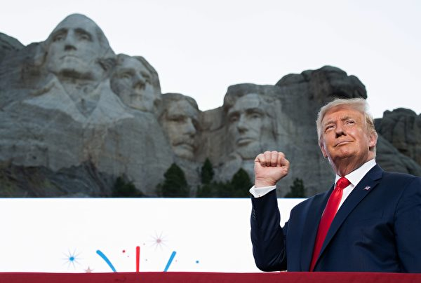 7月3日,特朗普總統訪問「總統山」,參加慶祝美國獨立日活動。(SAUL LOEB/AFP via Getty Images)