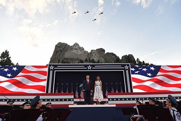 7月3日,特朗普和第一夫人參加「總統山」的獨立日慶典活動。(SAUL LOEB/AFP via Getty Images)