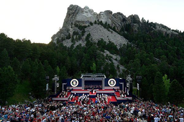 7月3日,特朗普和第一夫人參加「總統山」的獨立日慶典活動。(SAUL LOEB/AFP)(Photo by SAUL LOEB/AFP via Getty Images)