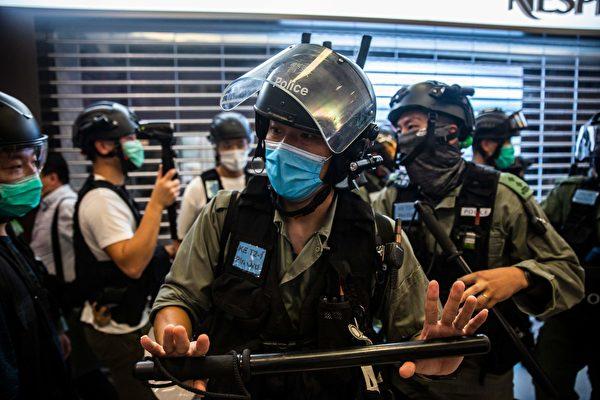 2020年7月6日,香港,購物中心防暴警察清空了一個區域。(ISAAC LAWRENCE/AFP via Getty Images)