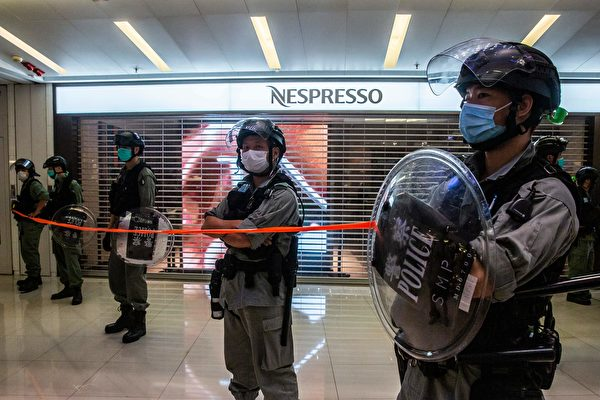 2020年7月6日,香港,購物中心一群防暴警察在封鎖線戒備。(ISAAC LAWRENCE/AFP via Getty Images)